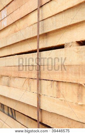 Madeira serrada de pilha foco no fio de folha de escravidão.