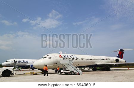 Delta Airlines McDonnell Douglas MD-80  and JetBlue Airbus A320 at Grand Cayman