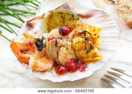 fried scallops with grilled fruit and shrimps