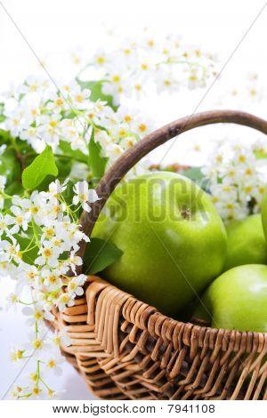 grüner Apfel mit Blumen