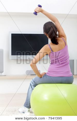 Mulher exercitando em casa