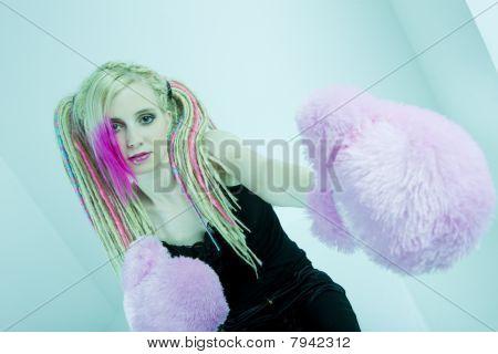 retrato de jovem com dreadlocks e luvas de boxe