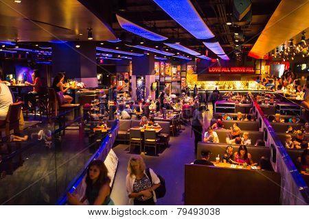 Crowded Hard Rock Cafe In La