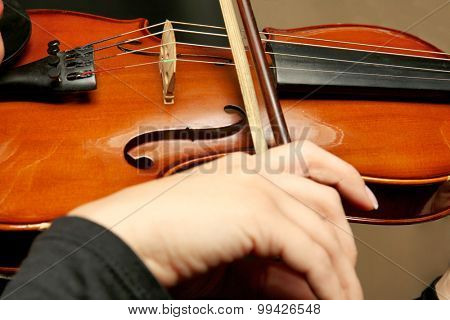 Violinist playing violin, closeup