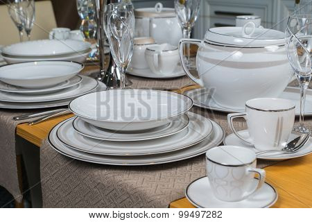 White Luxury Ceramic Dinner Service On Wooden Table 3