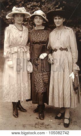 Old Photo Of The Three Stylish Girls