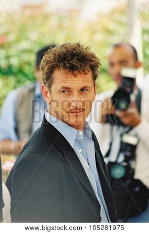 CANNES, FRANCE - MAY 15: US director Sean Penn poses at the Palais des Festivals, during the photocall of 'The Pledge', May 15, 2001 in Cannes, France