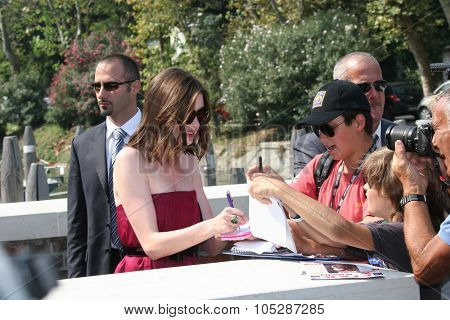 VENICE, ITALY - SEPTEMBER 03: Actress Anne Hathaway attends the 'Rachel Getting Married' photocall at the Piazzale during the 65th Venice Film Festival on September 3, 2008 in Venice, Italy.