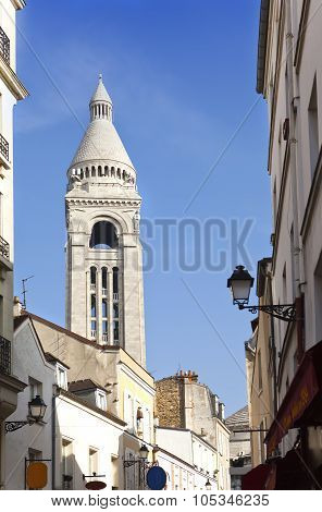 Montmartre narrow street overlooking a Basilica