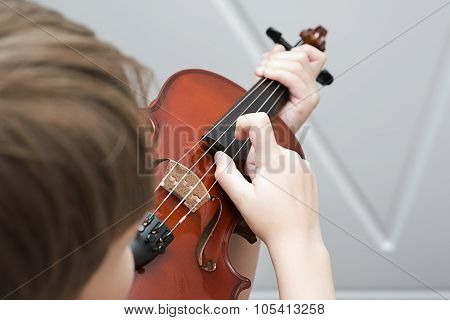 Fiddlestick on the strings of a violin Pizzicato