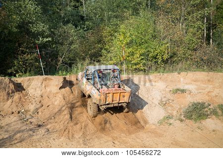 RUSSIA, PUSHKINO -?? 20 SEP, 2014: Off-road vehicle overcomes sand slope and rides to forest during Rainforest Challenge Russia Autumn 2014 PRO-X.