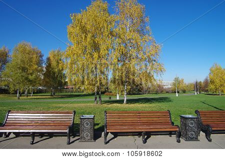 Moscow, Russia - October 21, 2015: Park At The Kolomenskoye Estate In Autumn Day