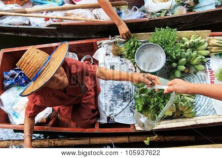 Bangkok, Thailand - April 15,2015: Old Woman Selling Fruits And Vegetables In A Traditional Floating
