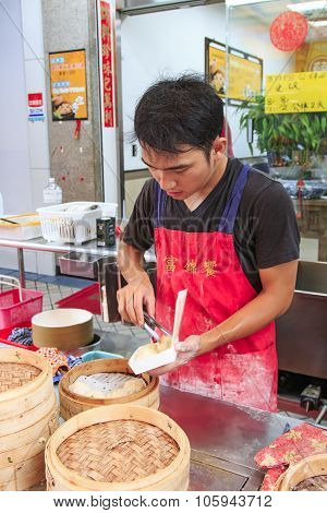 Kaohsiung, Taiwan - August 9,2015: Street Food Vendor In Kaohsiung, Taiwan, Preparing The Steamed Xi