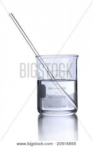 Vaso con líquido y agitador aislado sobre blanco - con trazado de recorte en cristalería de laboratorio