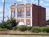 picture of kinda  - this medium sized building is no longer in use in vidalia georgia - JPG