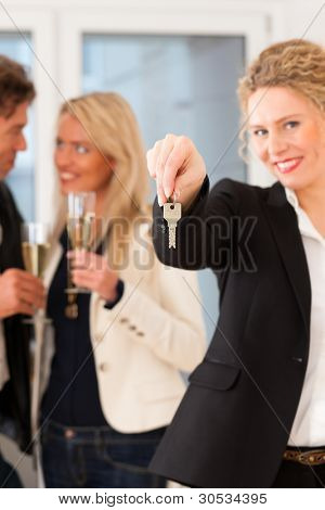 Immobilienmarkt - junges Paar auf der Suche nach Immobilien zur Miete oder zum kaufen; Feiern sie mit champa