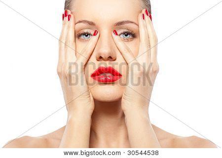 mujer con labios y uñas rojos