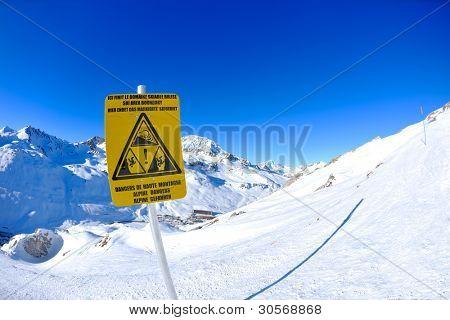 Schild am Hochgebirge unter Neuschnee im winter