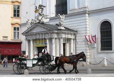 Fiaker carro con los turistas en Viena, Austria.