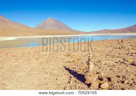 Cairn (Quechuan shrine to the indigenous Inca goddess Pachamama), Laguna Verde and Licancabur volcano, Eduardo Avaroa Andean Fauna National Reserve, Sur Lipez, Bolivia