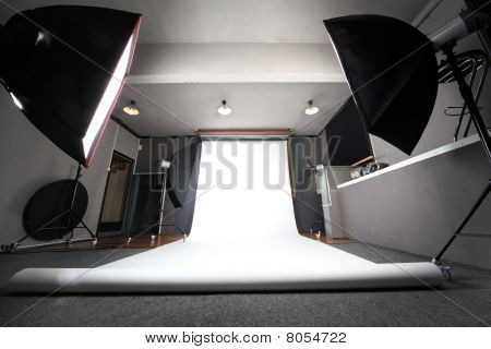 innere professionelle Fotostudio mit weißem Hintergrund allgemeine Ansicht