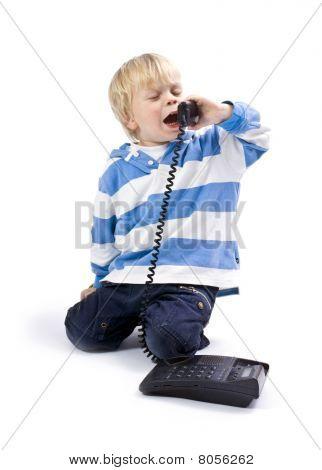 kleiner Junge am Telefon