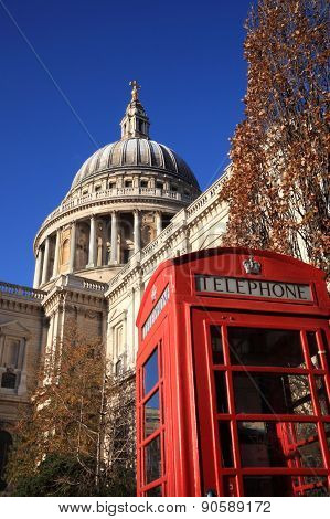 St Paul's Cathedral and London telephone box