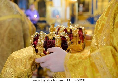 Crown crowned in the hands of the priest.
