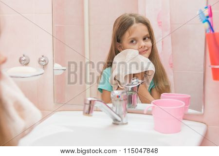 The Girl Wiped A Towel After Washing In Bathroom