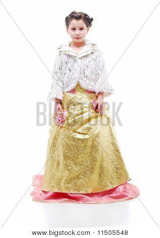 Jovem princesa. Menina de vestido de noite em um fundo branco.