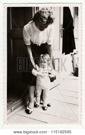 Vintage photo shows a small girl with her aunt circa 1941.
