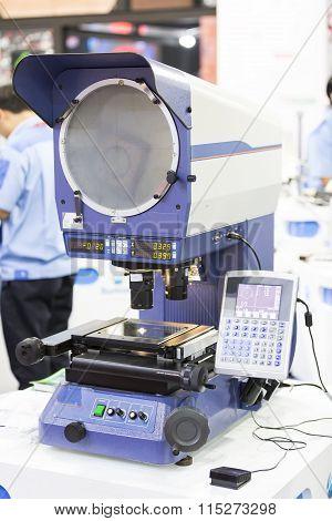 Inspection Precision Automotive Parts.