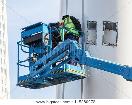 Manual worker on hydraulic lift