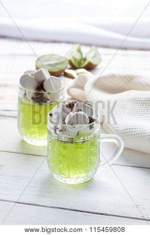 Jelly with kiwi fruit with marshmallows