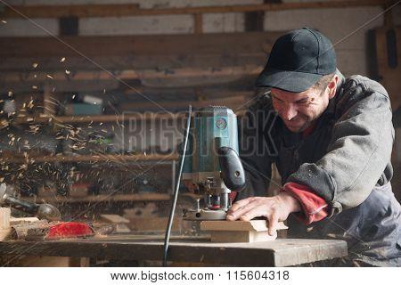 Carpenter manual of milling machine processes the wood element