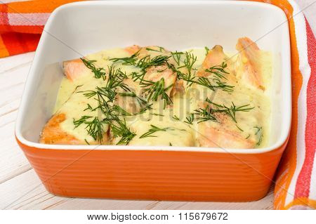 Salmon baked with cheese sauce and leek.