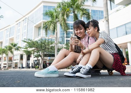 Teens with smartphone