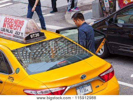Asian Tourist Takes The Yellow Cab In Manhattan, Nyc.