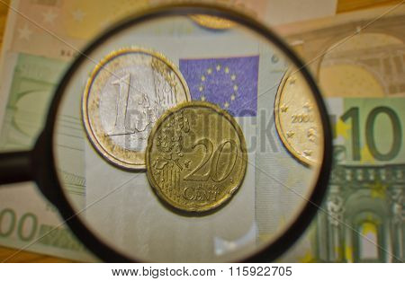 Coins and banknotes enhanced magnifier