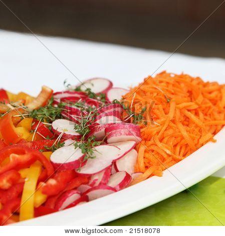 garniert, frischen Salat mit Radieschen, Karotten und Paprika
