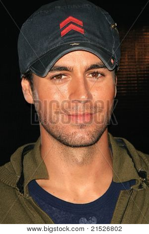 LOS ANGELES - JUN 12: Enrique Iglesias cocaïne neus die Enrique Iglesias gezondheidssignalering zijn nieuwe CD 'Insomniac' op het