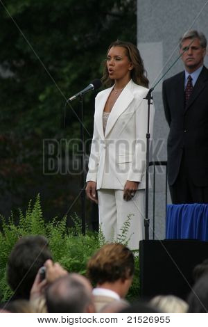 SACRAMENTO - NOV 17: Vanessa Williams at the Governor Swearing In Ceremony at the Capitol in Sacramento, California on November 17, 2003