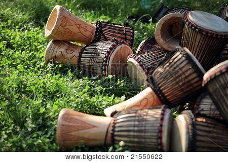 Djembe tambores sobre hierba