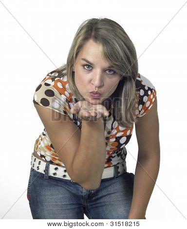 Frontale Blond Girl bläst einen Kuss