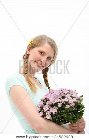 Lächelnde Frau mit Geschenk Blumen