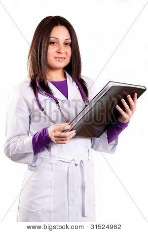 Jovem médico cuidando de uniforme branco, com o estetoscópio e pasta preta