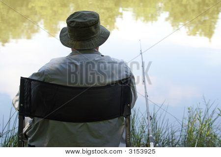 Alter Mann genießt Angeln