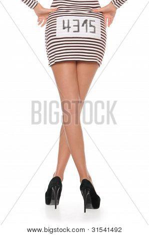 Women's Füße in Kleid für die Gefangenen von hinten