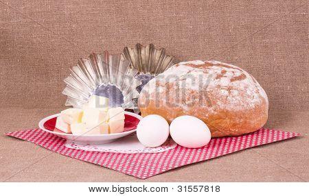 Backen, Kuchen, Margarine und Eier auf Hintergrund